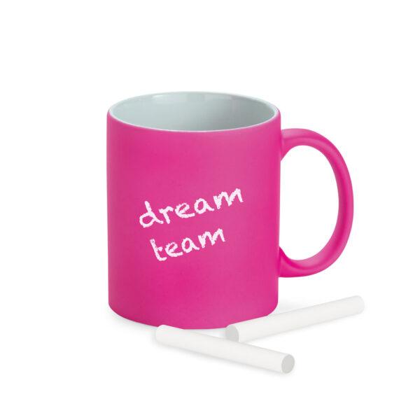 taza de color rosa escrita con tizas