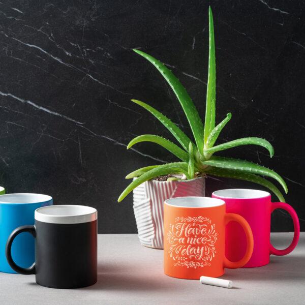taza de cerámica con pizarra