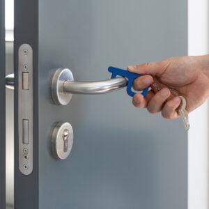 Gancho higiénico azul abriendo una puerta