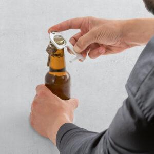 Gancho higiénico abriendo cerveza